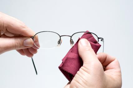 Curatarea-lentilelor-de-ochelari